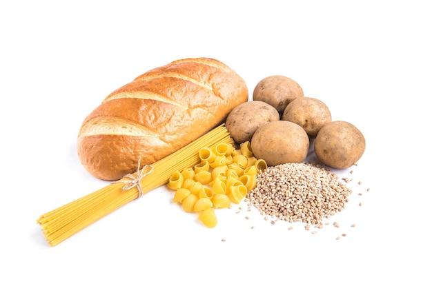Auf weiß isolierte kohlenhydrate von laib, kartoffeln und grütze.