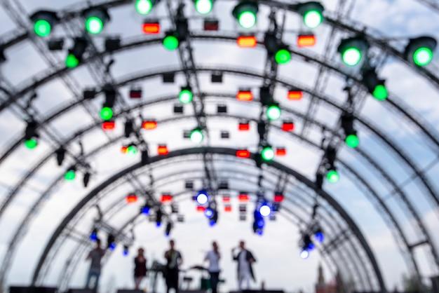 Aufbau mit scheinwerfern und mehrfarbigen lichtern