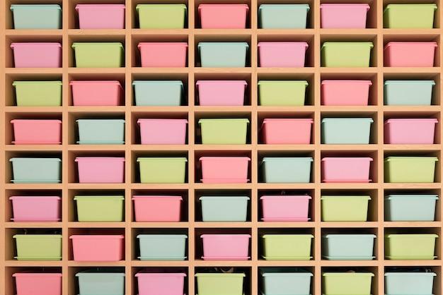 Aufbewahrung mit rosa, blauen und gelben boxen