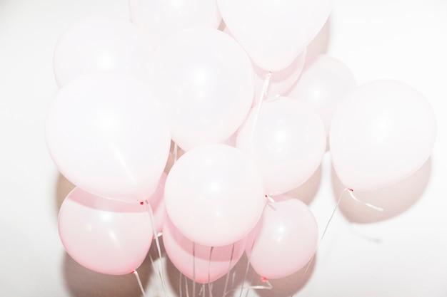 Aufblasbare geburtstagsballone gegen weißen hintergrund