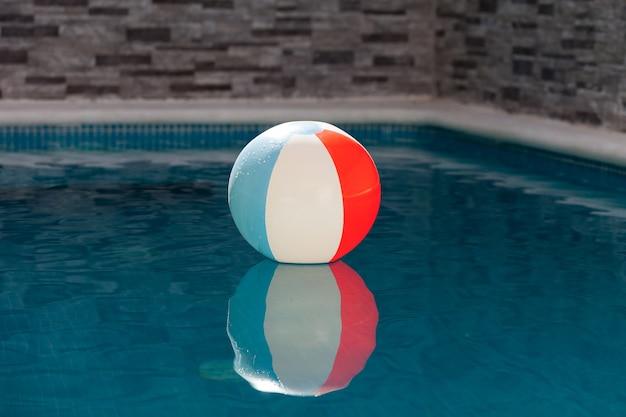 Aufblasbarer ball in einem pool