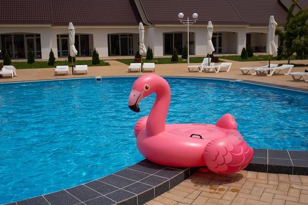 Aufblasbarer flamingo in der nähe des pools