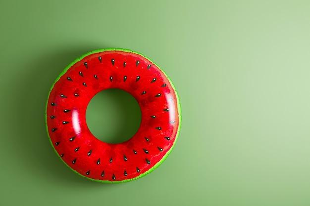 Aufblasbarer ring auf farbe