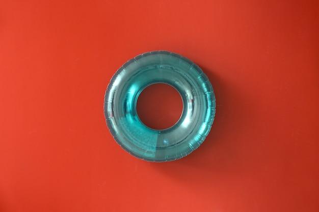 Aufblasbarer ring auf farbigem hintergrund