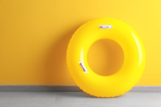 Aufblasbarer ring in der nähe der farbwand