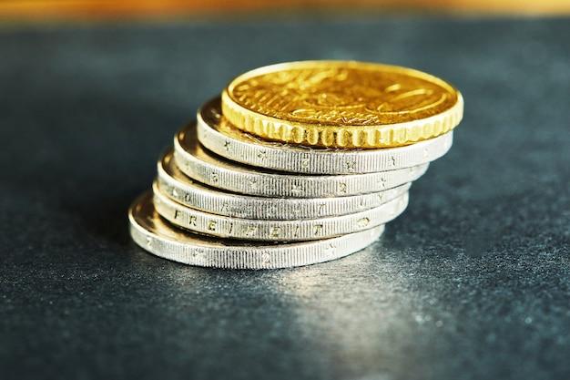 Aufeinander gestapelte münzen schließen die marktkrise und den fragilen markt ab