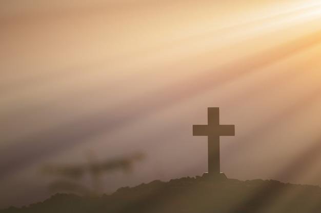 Auferstehungskonzept: kreuzigung von jesus christ cross bei sonnenuntergang