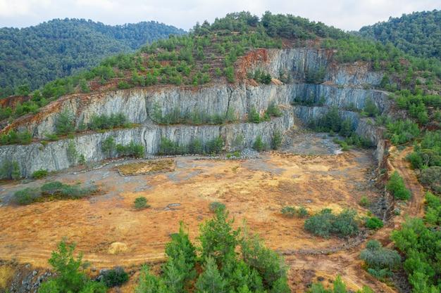 Aufforstung des terrassierten bodens in der alten mine im troodos-gebirge in der nähe von kapedes zypern