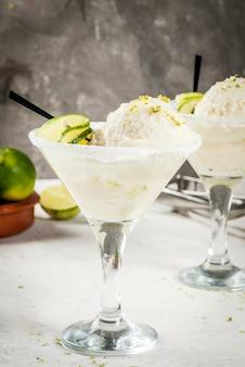 Auffrischungssommer alkoholisches cocktail schwimmende margarita
