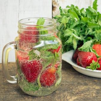 Auffrischungssommergetränk mit erdbeere