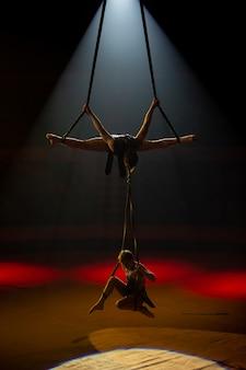 Aufführungen von künstlern in großer höhe unter der kuppel des zirkus