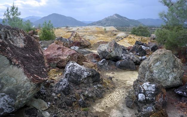 Aufgegebene kupfermine buntes altgestein und minenabraum werden vom kupferbergbau in der umgebung zurückgelassen