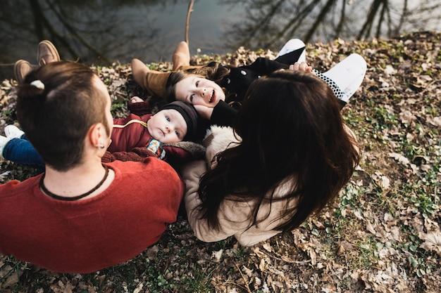 Aufgeregt kinder mit eltern im park