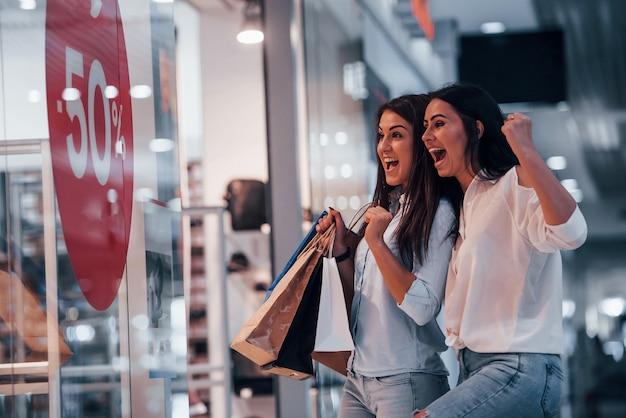 Aufgeregt sein. zwei junge frauen verbringen gemeinsam einen einkaufstag im supermarkt.