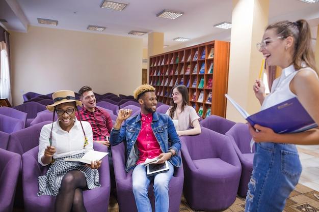 Aufgeregt studenten teilen ideen