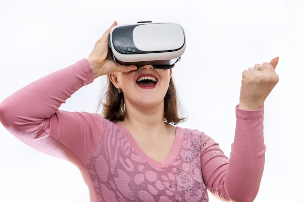 Aufgeregte frau, die 3d-brille trägt