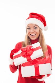 Aufgeregte frau, die weiße geschenkbox öffnet