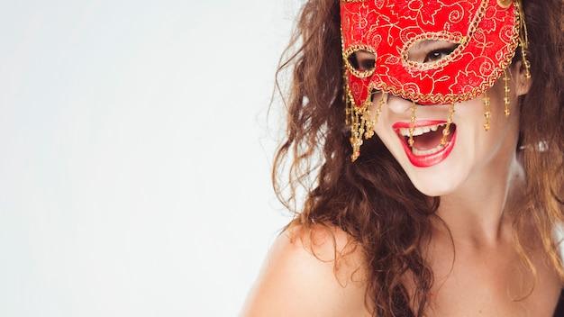 Aufgeregte frau in der roten maske