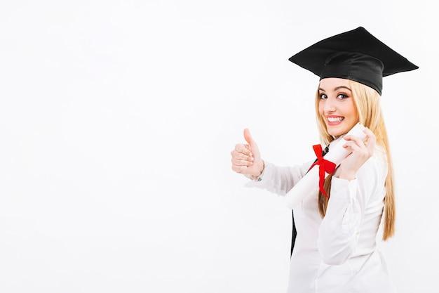 Aufgeregte frau mit diplompapier auf weiß