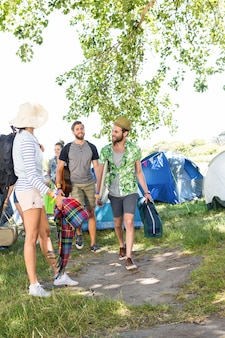 Aufgeregte freunde, die am musikfestival ankommen