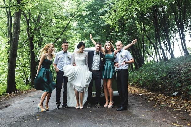 Aufgeregte gäste mit jungvermählten