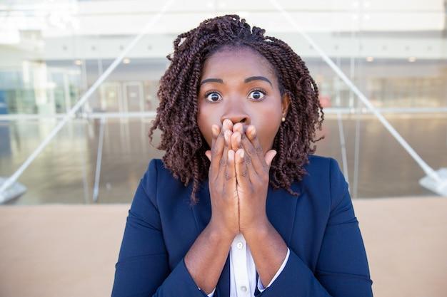 Aufgeregte geschäftsfrau entsetzt über überraschende neuigkeiten