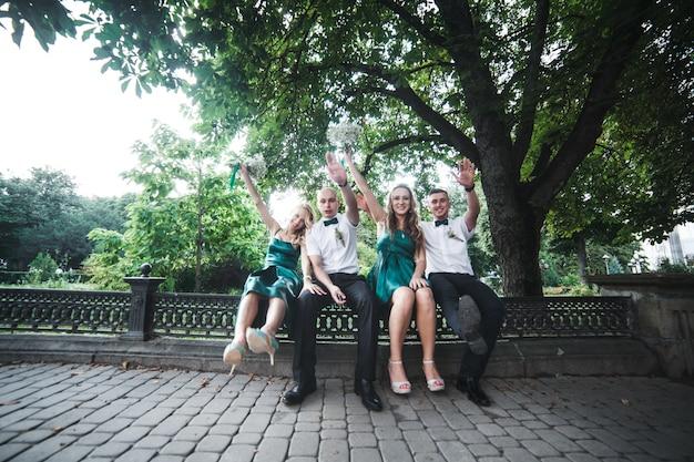 Aufgeregte hochzeitsgäste im park
