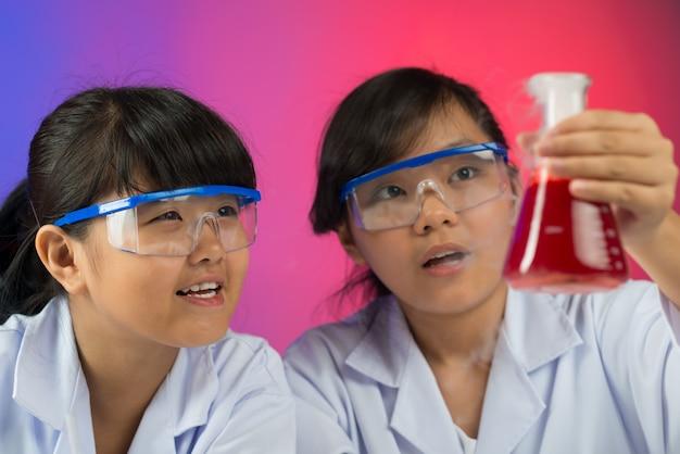 Aufgeregte junge chemiker