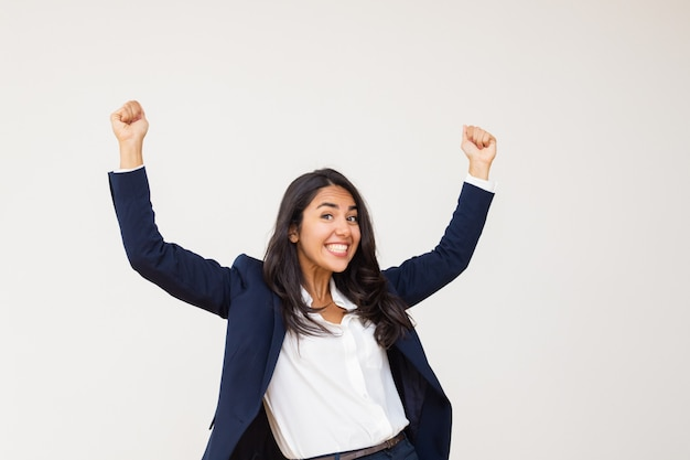 Aufgeregte junge triumphierende geschäftsfrau