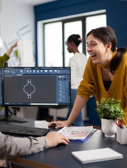 Aufgeregte maschinenbauingenieure lachen und diskutieren über die herstellung eines neuen projekts, eine pause