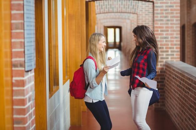 Aufgeregte studenten, die ergebnisse an der universität erhalten