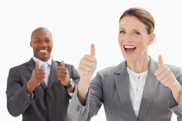 Aufgeregte wirtschaftler mit den daumen oben