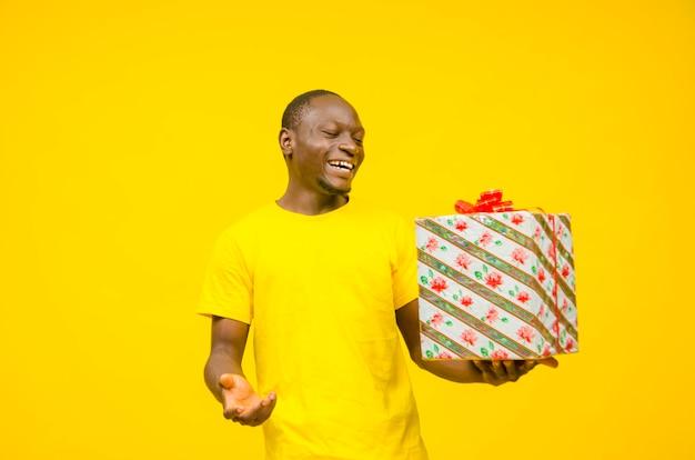 Aufgeregter afrikanischer mann kunde erhält geschenkbox