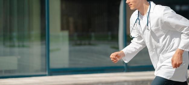 Aufgeregter arzt rennt selbstbewusst zum patienten