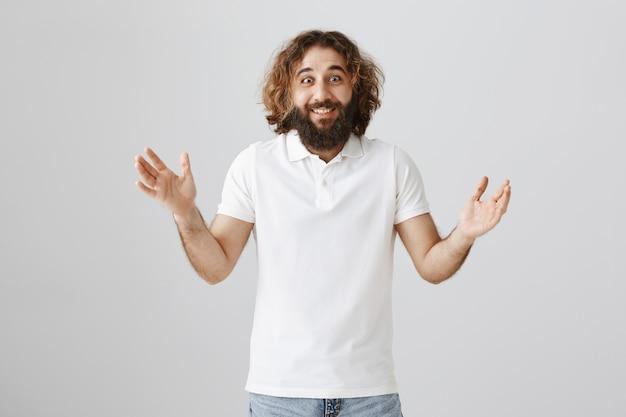 Aufgeregter glücklicher mann aus dem nahen osten, der große neuigkeiten erzählt