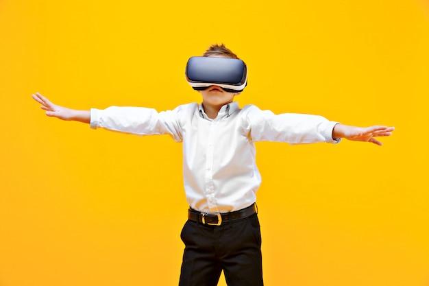 Aufgeregter junge, der in der virtuellen realität ist