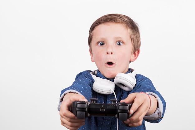 Aufgeregter junge, der videospiel spielt