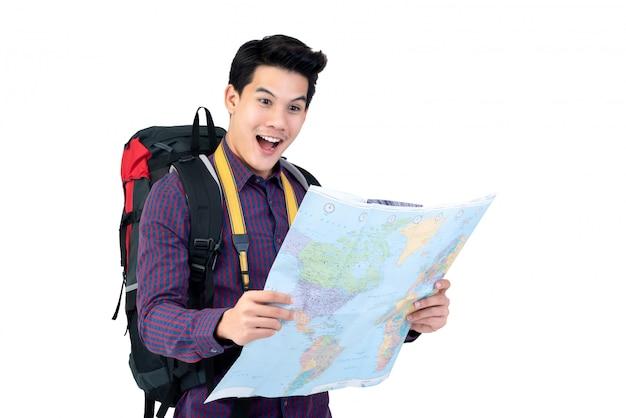 Aufgeregter junger asiatischer touristischer mannwanderer, der die karte betrachtet