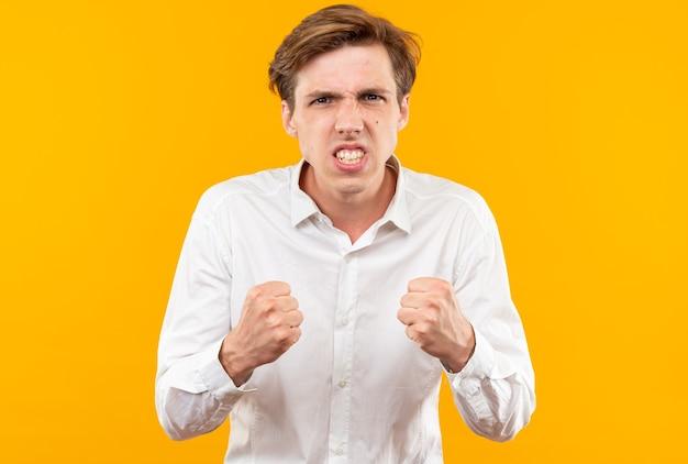 Aufgeregter junger gutaussehender kerl mit weißem hemd, der ja-geste zeigt