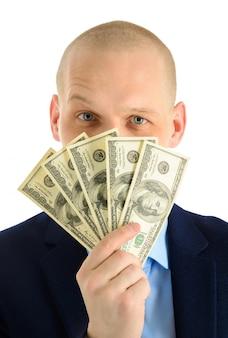 Aufgeregter junger mann, der aus einem eimer dollar-banknoten herausschaut