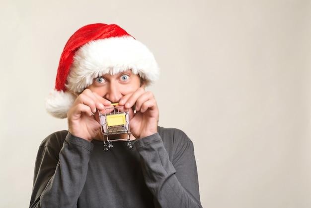 Aufgeregter mann, der zum weihnachtseinkaufen geht