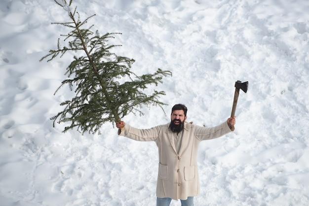 Aufgeregter santa hipster mit langem bart posiert. hipster weihnachtsmann. kauf und lieferung von