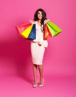 Aufgeregter schöner shopaholic mit einkaufstüten