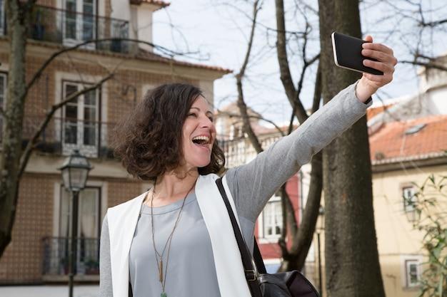 Aufgeregter tourist, der freizeit genießt