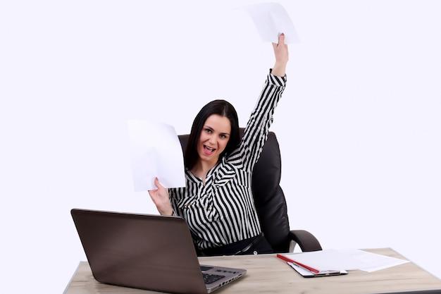Aufgeregtes geschäftsmannglückslächeln, werfen papiere, papiere, die in der luft fliegen, geschäftsleute, die auf einem schreibtisch sitzen, um ihre hände hände hochzuhalten, konzept des erfolgs nach vertragsunterzeichnung