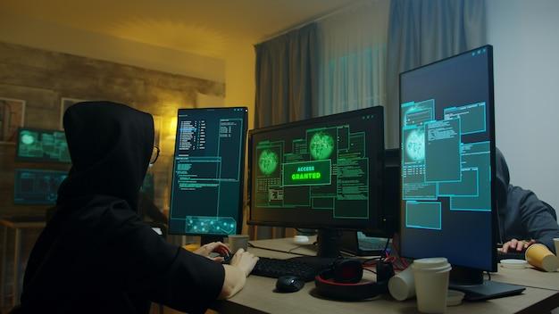 Aufgeregtes hacker-mädchen, nachdem zugang bei cyber-angriff gewährt wurde. gefährliche internetkriminelle.