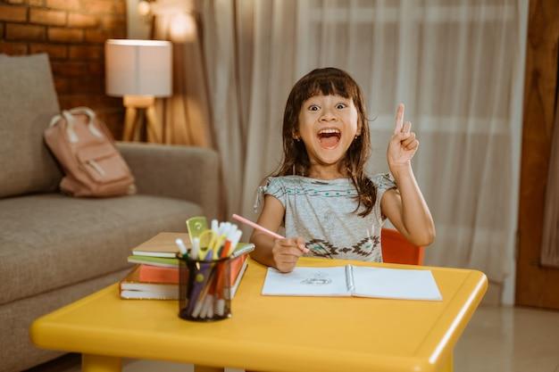 Aufgeregtes kind bekommt beim lernen eine idee