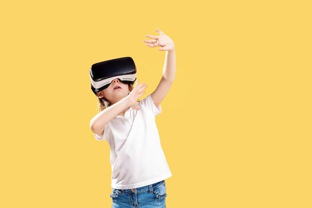 Aufgeregtes mädchen, das in der virtuellen realität ist