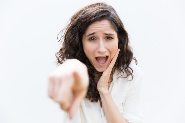 Aufgeregtes studentenmädchen, das zeigefinger zeigt