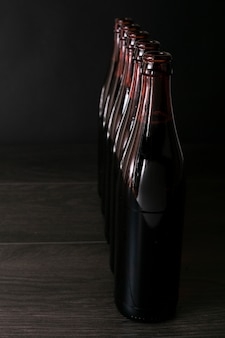 Aufgereihte bierflaschen